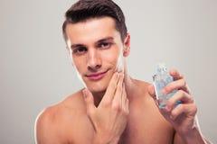 Mężczyzna stosuje płukankę po ogolenia na twarzy Fotografia Stock
