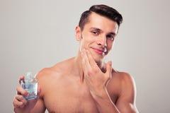 Mężczyzna stosuje płukankę po ogolenia na twarzy Obrazy Royalty Free