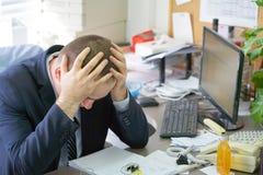 Mężczyzna stresujący się out przy pracą fotografia stock