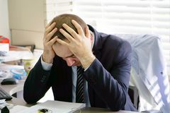 Mężczyzna stresujący się out przy pracą zdjęcia royalty free