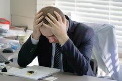 Mężczyzna stresujący się out przy pracą zdjęcia stock