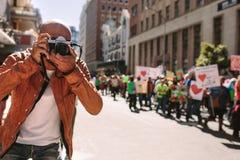 Mężczyzna strzelaniny obrazki wiec na drodze obrazy royalty free