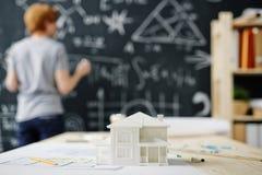 Mężczyzna studiowania domu inżynieria obraz stock