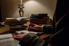 Mężczyzna studiowania literatura i brać notatki zdjęcia royalty free