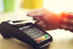 Mężczyzna stuka kontakt mniej kredytową kartę obraz royalty free