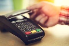 Mężczyzna stuka kontakt mniej kredytową kartę zdjęcie stock