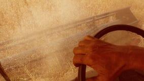 Mężczyzna stylu życia średniorolny napędowy syndykat zbiera na polu z pszenicznym widokiem od syndykata salonu widoku od pierwszy zbiory