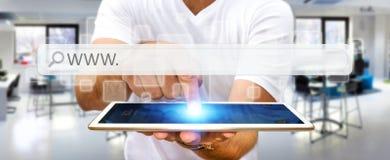 Mężczyzna surfing na internecie z cyfrowym dotykowym sieć adresu barem Obraz Stock