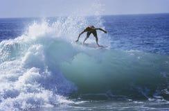 Mężczyzna surfing Na ocean fala Zdjęcia Stock