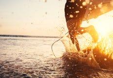 Mężczyzna surfingowiec biegający w oceanie z surfboard Zbliżenie wizerunku wody spla Fotografia Royalty Free