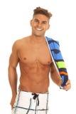 Mężczyzna swimsuit z ręcznikiem nad ramieniem Zdjęcia Royalty Free