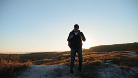 Mężczyzna sylwetki uganianie dla sukces ręki wręczać chodzącym turystycznym wycieczkuje przygoda arywistom zmierzch wspinaczkę gó zdjęcie wideo
