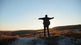 Mężczyzna sylwetki uganianie dla sukces ręki wręczać chodzącym turystycznym wycieczkuje przygoda arywistom zmierzch wspinaczkę gó zbiory wideo