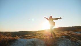 Mężczyzna sylwetki uganianie dla sukces ręki wręczać chodzącym turystycznym wycieczkuje przygoda arywistom zmierzch wspinaczkę gó zbiory