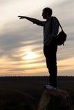 Mężczyzna sylwetkowy przeciw zmierzchu target973_0_ Zdjęcie Royalty Free