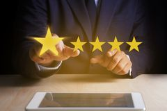 Mężczyzna Szczęśliwy klient daje Pięć Gwiazdowemu oceny doświadczenia klienta se obrazy royalty free