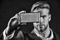 Mężczyzna szef robi selfie z telefonem komórkowym, smartphone Zdjęcie Royalty Free