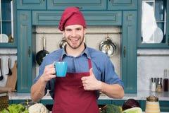 Mężczyzna szefa kuchni chwyta kubka napoju napój wspaniały smak Szefa kuchni przygotowany wyśmienicie gorący napój Napoju napoju  zdjęcie royalty free