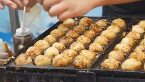Mężczyzna szefa kuchni zwrota Mięsnych piłek sfery Kucbarskich kluch posiłków ulicy Japoński jedzenie zbiory