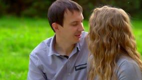 Mężczyzna szepcze w kobiety ucho zbiory wideo