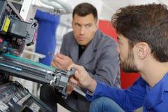 Mężczyzna szkolenie załatwiać drukarki maszynę Obrazy Stock