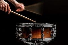 mężczyzna sztuk perkusi muzykalny instrument z kijami muzykalny pojęcie z pracującym bębenem Fotografia Stock