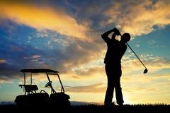 Mężczyzna sztuki golf przy zmierzchem ilustracja wektor