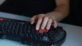 Mężczyzna sztuki wideo gra używać klawiaturę zbiory wideo