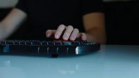 Mężczyzna sztuki wideo gra używać klawiaturę zdjęcie wideo