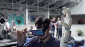 Mężczyzna sztuki z nowożytną machinalną plastikową ręką prosthesis zbiory wideo