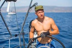 Mężczyzna szyper przy ster kontrola żeglowanie jacht podczas dennych łodzi rasy sport Fotografia Royalty Free