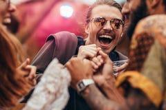Mężczyzna taniec z przyjaciółmi przy festiwalem muzyki Obraz Stock
