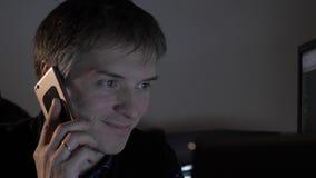 Mężczyzna target571_0_ na telefonie zbiory