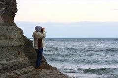 Mężczyzna TARGET269_0_ przy Burzowego Morze Zdjęcia Royalty Free