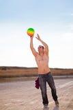 Mężczyzna target609_1_ plażową piłkę Fotografia Stock