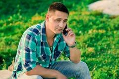mężczyzna telefon komórkowy używać potomstwo Obrazy Stock