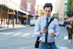 Mężczyzna texting na telefonie Fotografia Stock