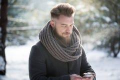 Mężczyzna texting w zima czasie Obrazy Stock