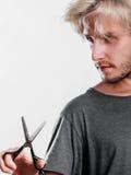 Mężczyzna texturizing strzyżenia lub cienieje z nożycami Zdjęcie Stock