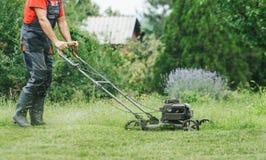 Mężczyzna tnąca trawa z lawnmower Obraz Stock