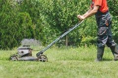 Mężczyzna tnąca trawa z lawnmower Fotografia Stock