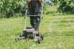 Mężczyzna tnąca trawa z lawnmower Fotografia Royalty Free