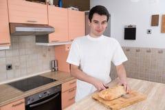 Mężczyzna tnący chleb Zdjęcia Stock
