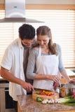 Mężczyzna tnący składniki pomagać jego dziewczyny zdjęcia stock