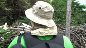 Mężczyzna touris patrzeje slamsy z usypem śmieciarska ubóstwo podróż pełno Asia, niedola atakowali teren, biedny utrzymanie zbiory