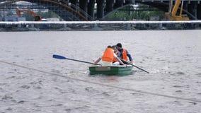 Mężczyzna tratwa na łodzi na rzece w mieście zapas Rzecznej łodzi wycieczka w mieście zbiory wideo