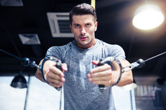 Mężczyzna trening na sprawności fizycznej maszynie w gym Zdjęcia Royalty Free