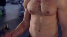 Mężczyzna trenuje jego bicepses zdjęcie wideo