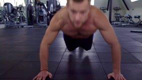 Mężczyzna trenuje jego klatkę piersiową zbiory wideo