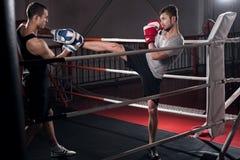 Mężczyzna trenuje kopnięcie boksu haczyka Fotografia Royalty Free